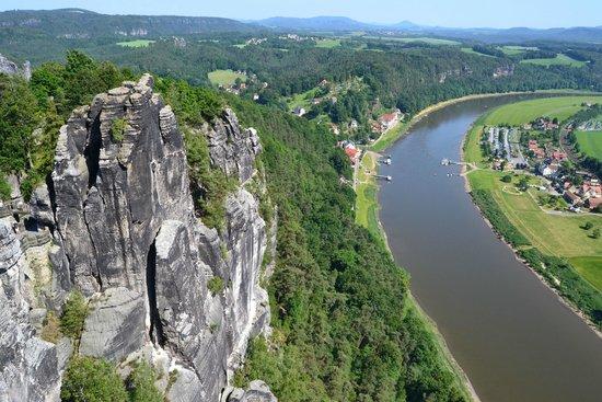 Elbe Sandstone Mountains: Paisagem com o Rio Elba