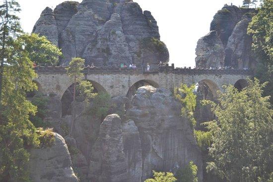 Elbe Sandstone Mountains: Ponte entre as montanhas de arenito