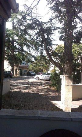 Hotel Restaurant Les Cedres : The parking