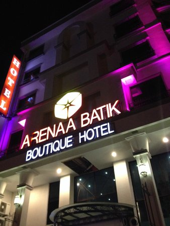 Arenaa Batik Boutique Hotel: The hotel at night