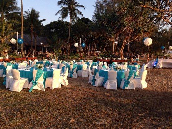 Marriott's Phuket Beach Club: Оформление ужинов на пляже)