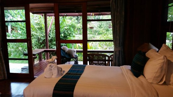 Maikaew Damnoen Resort : bed