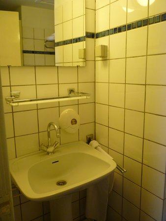 Hotel des Arts Amsterdam: assenza di phon e lavandino alla base scheggiato