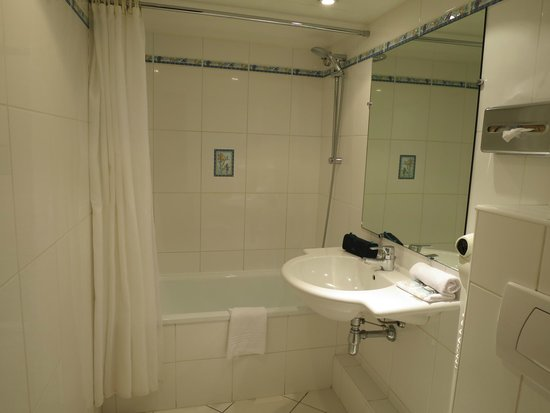 Mercure Nice Marché aux Fleurs: The bathroom in room 201