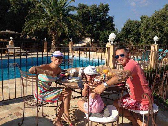Villa Nais: quel bonheur le ptit dej a la piscine
