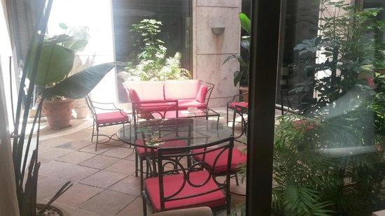 Hotel Dei Mellini: Pequeño jardín para fumadores