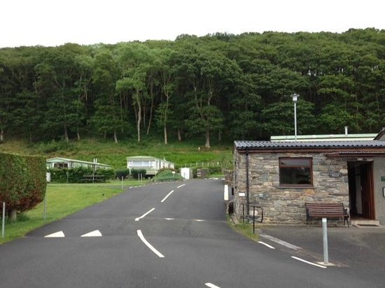 Barcdy Caravan & Camping Park: The Wash House and path up to the hard standing pitches and upper field