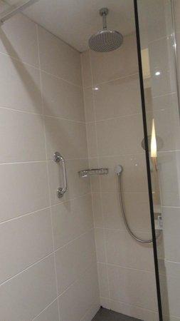Macdonald Windsor Hotel : Rain head shower