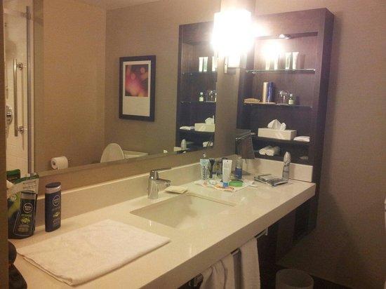 Delta Hotels by Marriott Montreal: La salle de bain