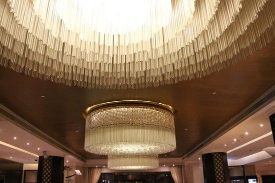 Hilton Abu Dhabi: mooie inkomhal met prachtige lusters