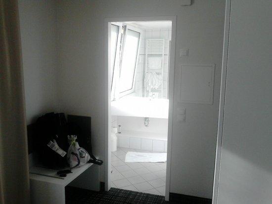 Comfor Hotel Frauenstrasse: Entry to bathroom - Eingang zum bad