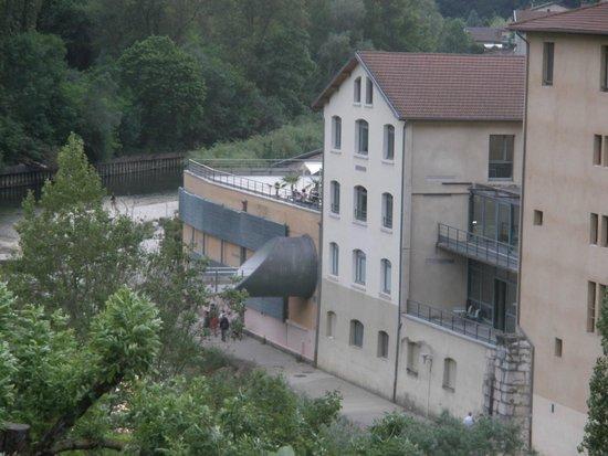 Hotel du Musee de l'Eau : Au bord de la Bourne