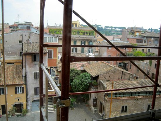Sonnino Suite B&B : View from Room One (nobody appeared on the scaffolding)