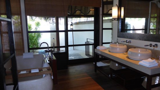 Four Seasons Resort Maldives at Kuda Huraa : Our bathroom