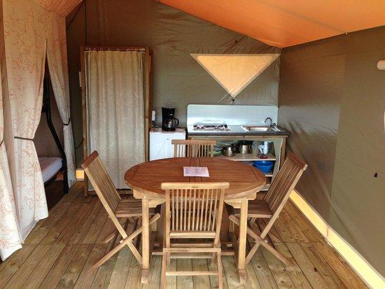 Camping Loire et Chateaux : Bungalow toilé espace repas