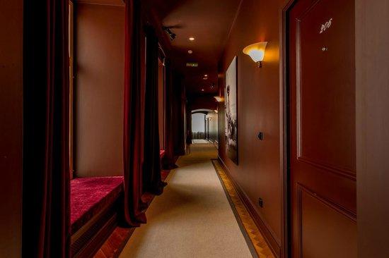 St. Petersbourg Hotel: Hallway to guest rooms