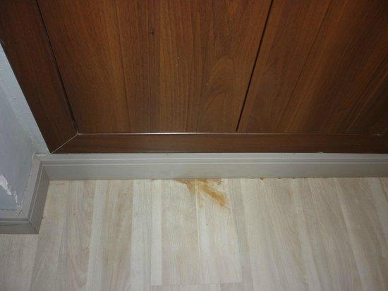 Hotel Vincci Costa Golf: Manchas en suelo