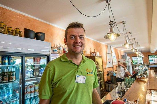 Centro Vacanze La Risacca: Luca e il personale del Bar: instancabili!