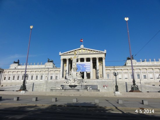 Volksgarten: The view across to the parliament building