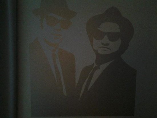 Hotel Nologo : Blues brothers im blues zimmer