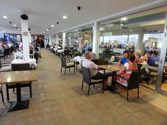 Hotel Lanzarote Village : Buiten vóór het restaurant