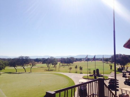 Protea Hotel by Marriott Zebula Lodge: Golfcourse view from bar