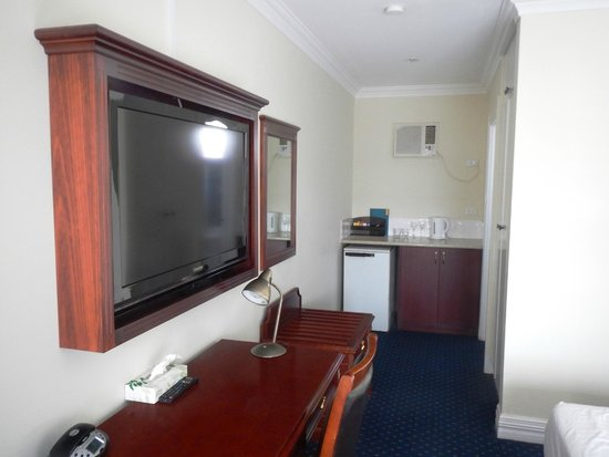 Ibis Styles Albany: TV and coffee making area