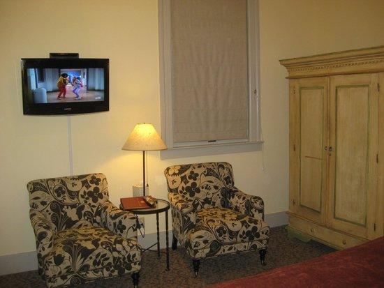 Mill Valley Inn: sitting area in room