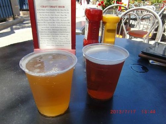Jack's Cannery Bar and Oyster Pier: 最初のビールとクラフトビールのメニュー
