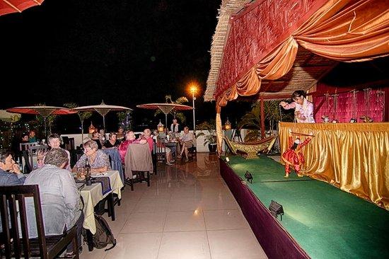 Hotel Yadanarbon: sky bar  puppet show