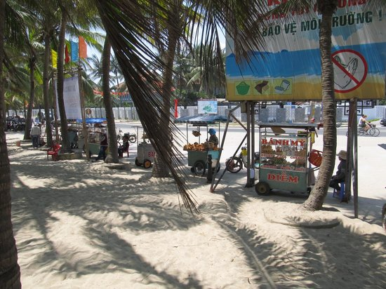Cua Dai Beach: Street vendors at the back