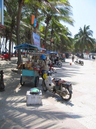 Cua Dai Beach: Every kind of street food vendor