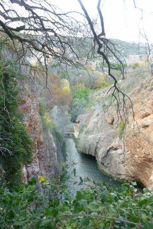 Monasterio de Piedra: on peut descendre passer en dessous le cascade