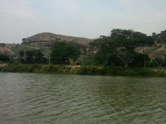 Pudukkottai, Indien: Mountain with boating lake
