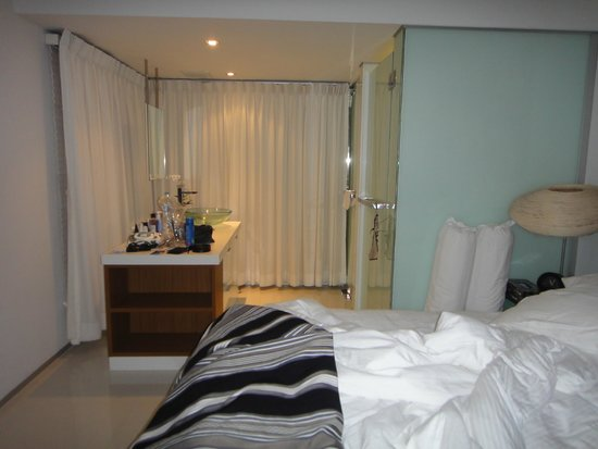 BYD Lofts Boutique Hotel & Serviced Apartments: Bathroom next to bed