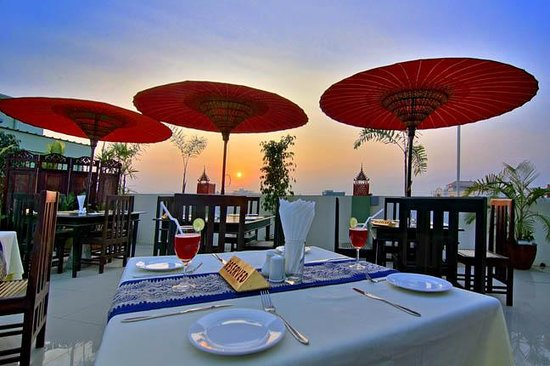 Hotel Yadanarbon: sky bar restraunt (sun set view)