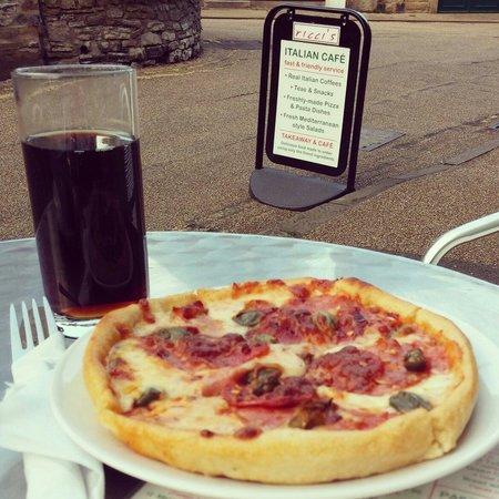 Ricci's: Enjoying a fabulous pizza in the sun :)