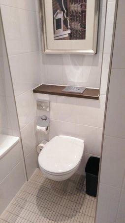 Renaissance Amsterdam Hotel: Туалет. Ершика нет, пол не подогревается.