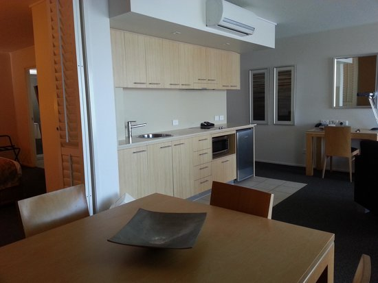 Ramada Hotel & Suites Ballina Byron: Very generous living area & kitchen