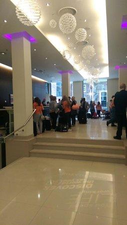 Renaissance Amsterdam Hotel: На стойке регистрации было много народа. Ждали долго.