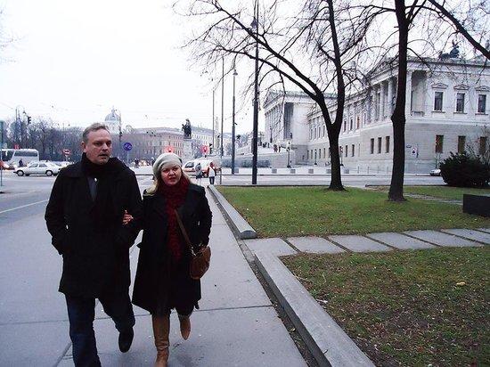 Hotel Boltzmann: Dr Willians e esposa num passeio descontraído por Viena