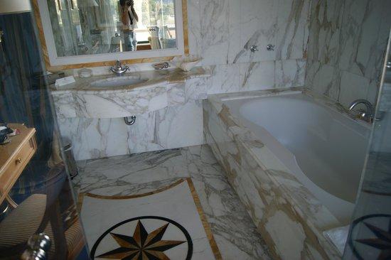 Royal Olympic Hotel: Baño