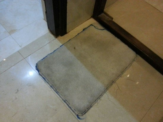 Hoi Pho Hotel: Dirty door mat... quite dark grey...:(