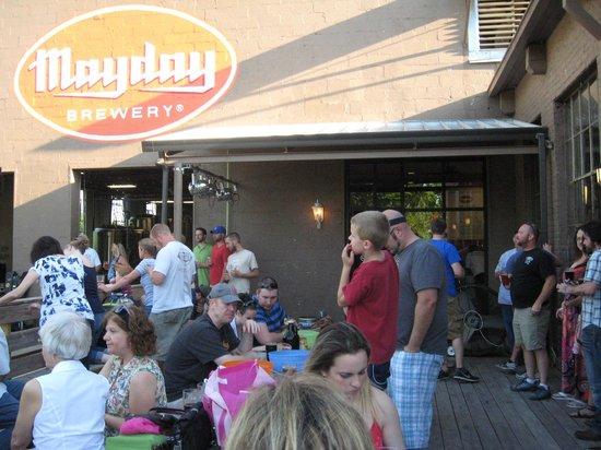 Mayday Brewery : Outdoor patrons watching band