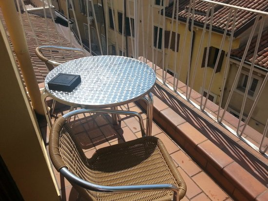 Giulietta e Romeo Hotel : tavolino e sedie sul balcone