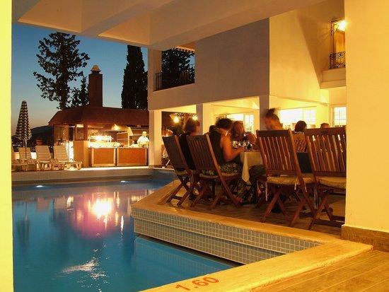 Hotel Comca Manzara: Repas du soir près de la piscine