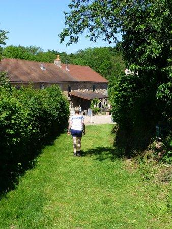 "Hotel Camping Sur Yonne : Öude weg""richting hotel ""Sur Yonne"