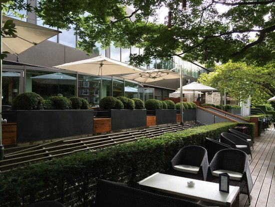 Hotel Okura Amsterdam: Front patio on canal.