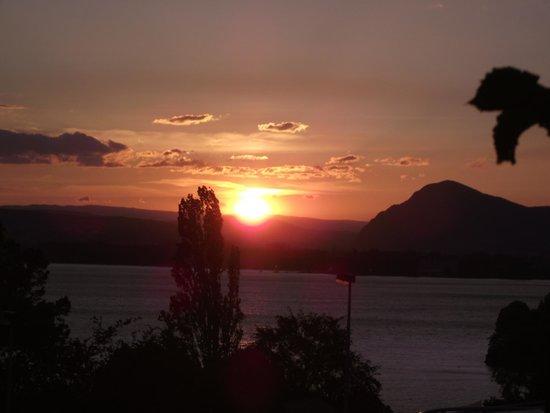 Acacias: Coucher de soleil sur les baies annéciennes et ancileviennes depuis la terrasse ...