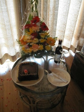 Ozran Heights Beach Resort: Special arrangement of Cake, wine and Flowers